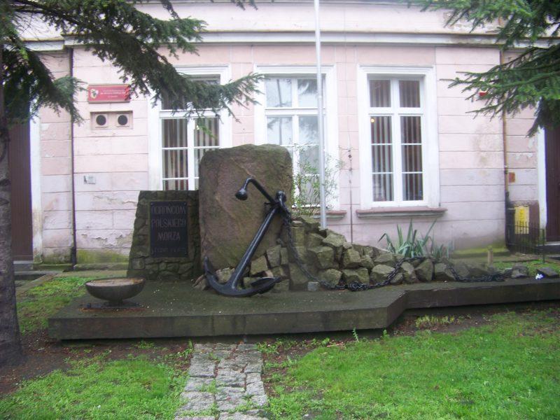 Pomnik Obrońcom Polskiego Morza - odsłonięty 9 maja 1972 roku z okazji nadania szkole imienia Obrońców Polskiego Morza.