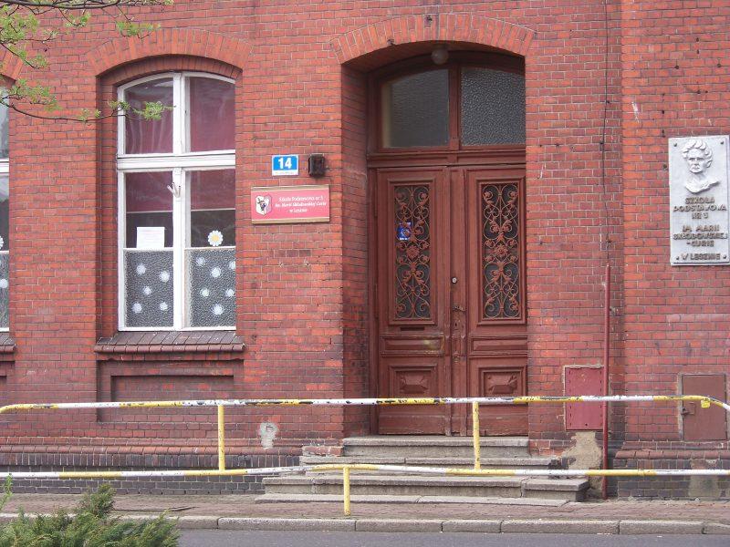 Szkoła Podstawowa nr. 3 im. Mari Skłodowskiej Curie w Lesznie przy Placu Metziga 14