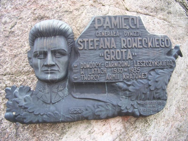 Pomnik Grota Roweckiego - byłego dowódcy Jednostki Wojskowej w Lesznie, później Komendanta Glównego AK - odsłonięty 10 listopada 1992 roku.